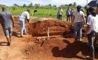 Falta de coveiro faz família enterrarparente por conta própria em distrito