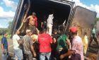 Carreta pega fogo em rodovia e população saqueia carne; polícia investiga