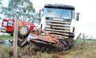 Motorista de 70 anos morre ao bater carro de frente com carreta