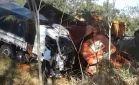 Grave acidente entre caminhões é registrado em Ivinhema, deixa motorista preso nas ferragens