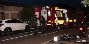 Jovem motociclista morre ao invadir preferencial e colidir em carro