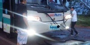 Ônibus que transportava acadêmicos colide em carreta, em Deodápolis
