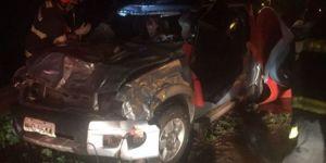 Piscina rebocada por veículo é jogada pelo vento sobre caminhonete ocupada por casal de Ivinhema