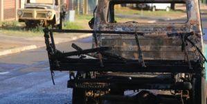 Sucatas de veículos são incendiadas e suspeita é de que seja crime