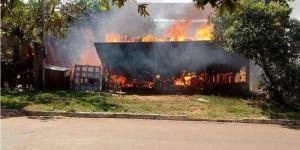 Incêndio destrói casa de madeira nas proximidades do Hospital em Deodápolis