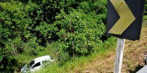 Traficantes fogem da polícia e caem com carro às margens de córrego