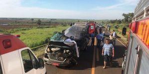 Motorista desvia de ciclista,bate em carreta e morre