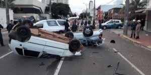 Carro na contramão causa capotagem de Fiat Uno e duas pessoas morrem