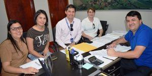 Prefeito de Vicentina assina convênio para distribuição de kits gratuitos da TV Digital