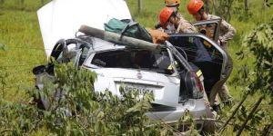 Casal que voltava de 'rave' fica ferido após sair da pista, bater carro em árvore e capotar
