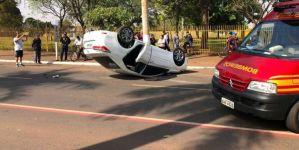 Carro capota na Marcelino e ocupantes saem sem ferimentos graves