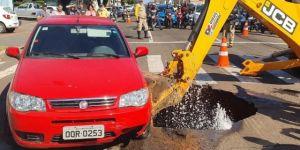 Depois de asfalto abrir e carro cair e buraco, conserto é feito e pista liberada