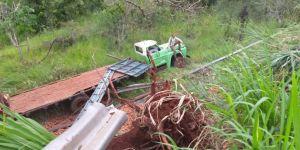 Caminhão destrói cerca de proteção e