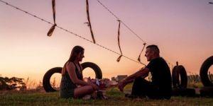 Separado pela pandemia, casal namora em meio ao arame e torce por volta a rotina normal